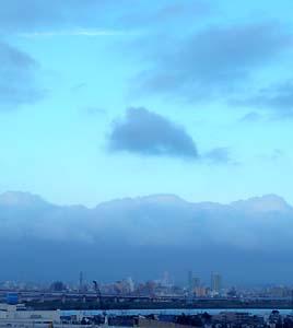 まるで絵に描いたような雲だったので、パチリ。今日の空。