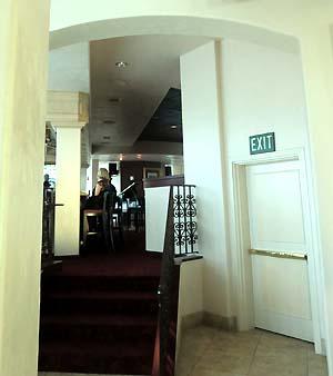 入口入って左側はバーのような雰囲気でした